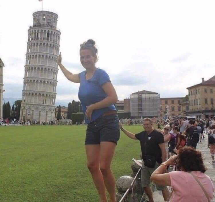 La donna stava cedendo sotto il peso della grande torre cadente. Per fortuna intervenne un suo piccolo amico a salvarle entrambe