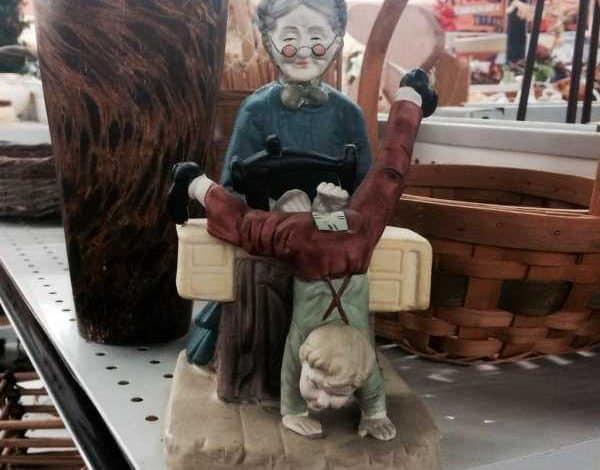 La nonnina trovò cose interessanti nell'ano di suo nipote