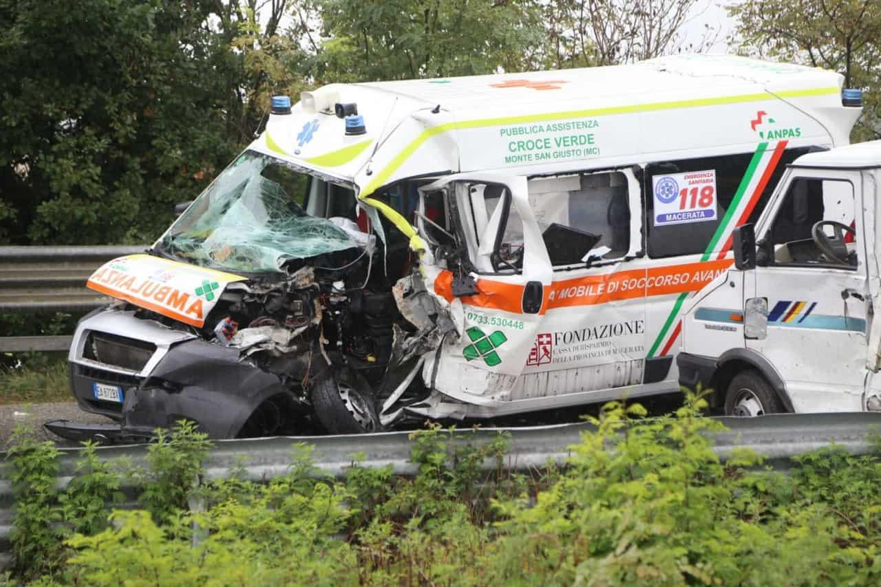 Photo of Se un'ambulanza si sta dirigendo a una chiamata ed è coinvolta in un incidente, deve prestare soccorso o dirigersi verso l'emergenza originale?