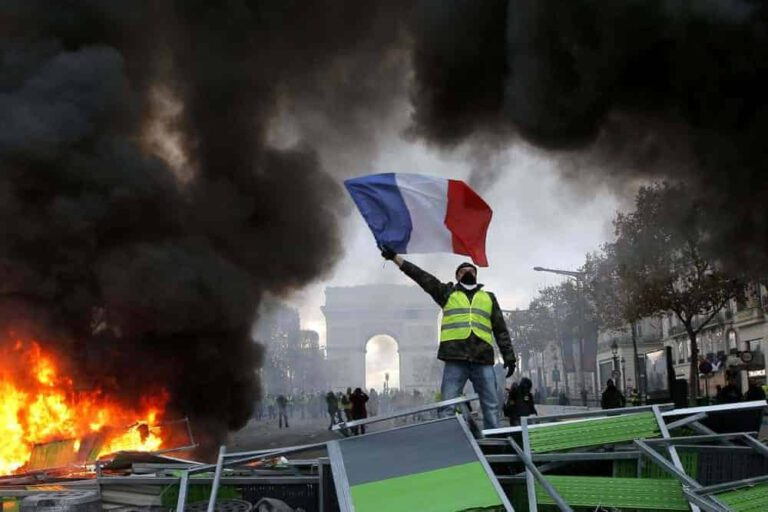L'incendio di Notre-Dame è colpa dei GILET GIALLI?