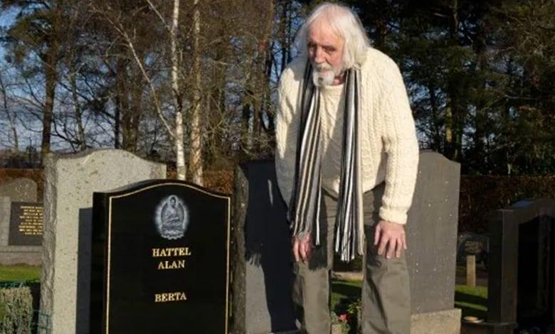 Uomo va a trovare SE STESSO al cimitero